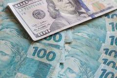 Brasilianska pengar, reais och amerikandollar Royaltyfri Bild
