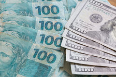 Brasilianska pengar, reais och amerikandollar Royaltyfri Fotografi