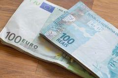 Brasilianska pengar, reais och europeiska pengar, euro Arkivbild