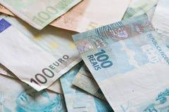Brasilianska pengar, reais och europeiska pengar, euro Arkivbilder