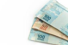 Brasilianska pengar/reais, på vit bakgrund Arkivbild