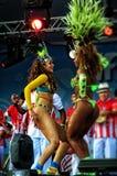 Brasilianska sambadansare på en etapp som flyttar sig sensually Arkivbilder