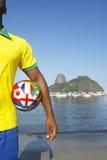 Brasilianskt fotbollfotbollsspelareanseende i Rio de Janeiro Royaltyfri Foto