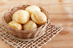 Brasilianskt mellanmålostbröd (pao de queijo) i vide- korg Royaltyfri Foto