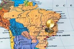 Brasilien översikt och kompass royaltyfri fotografi
