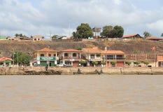 Brasilien/Almeirim: Bo på Amazonet River - strand hus royaltyfri bild