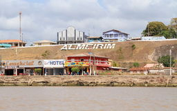 Brasilien Almeirim: Bo på Amazonet River - strand returnerar och shoppar royaltyfria bilder