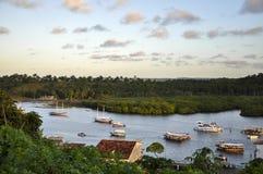 Brasilien Bahia, Camamu. Fartyg i fjärden royaltyfri foto