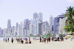 Brasilien Balneario Camboriu, 02 11 2017: Härlig strandsiktsintelligens Royaltyfri Foto