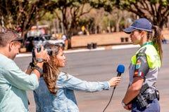 Brasilien, Brasilien 4. August 2016: Brasilianische Polizei, die interviewt wird Lizenzfreie Stockfotografie