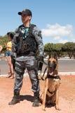 Brasilien, Brasilien 4. August 2016: Brasilianische Polizei mit K-9 Lizenzfreies Stockfoto
