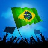 Brasilien fanfolkmassa med flaggan Arkivbilder