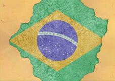 Brasilien flaggaabstrakt begrepp i hål för betong för agg för fasadstruktur stort skadat royaltyfri bild