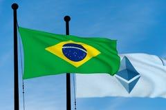 Brasilien-Flagge und Ethereum-Flagge Stockfoto