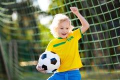 Brasilien fotbollsfanungar Fotboll f?r barnlek fotografering för bildbyråer