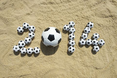 Brasilien-Fußball-Fußball-Weltcup-Mitteilung 2014 auf Sand Lizenzfreie Stockbilder