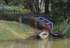 Brasilien Santarém: Bo på Amazonet River - reparera ett fartyg royaltyfria bilder