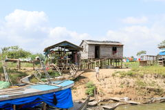 Brasilien Santarém: Bo på Amazonet River - strand hem arkivfoton