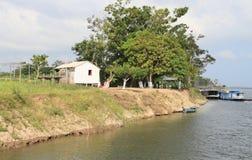Brasilien Santarém: Bo på Amazonet River - strand hem royaltyfria bilder