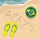 Brasilien-Strand mit Fußball und Pantoffeln Lizenzfreies Stockbild
