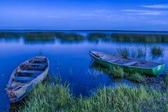 Braslav湖在白俄罗斯 漂浮在伊芙的水的两条小船 免版税库存照片