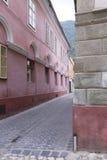 brasov老被铺的街道 免版税图库摄影