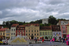 BRASOV, ΡΟΥΜΑΝΊΑ - 18 ΙΟΥΝΊΟΥ 2014: Οι τουρίστες επισκέπτονται την παλαιά πόλη Brasov στις 18 Ιουνίου Η κωμόπολη είναι η 7η πιό π Στοκ Εικόνα