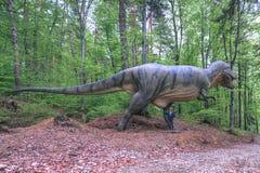 BRASOV, РУМЫНИЯ - ИЮНЬ 2015: размером с Реальн динозавры на Rasnov Dino Стоковые Изображения