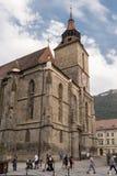 Brasov, Трансильвания, Румыния - 22-ое сентября 2016: Туристская прогулка вдоль стороны известный готический памятник стиля извес Стоковые Изображения RF