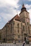 Brasov, Трансильвания, Румыния - 22-ое сентября 2016: Туристская прогулка вдоль стороны известный готический памятник стиля извес Стоковое Изображение