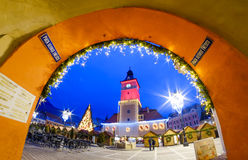 Brasov, Crhstimas-markt in hoofdvierkant in Transsylvanië royalty-vrije stock foto's