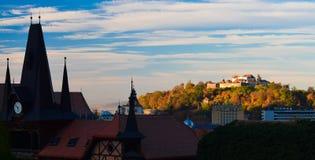 Brasov gammal stad och kullecitadell för gräsgreen för höst även väder för sikt för leaves orange tyst arkivbild