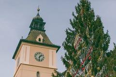 """Brasov gammalt centrum, Rumänien †""""rådfyrkanten som lokaliseras i mitt av den medeltida staden royaltyfria foton"""