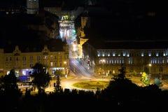Brasov a illuminé la rue de vue de nuit photo libre de droits