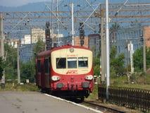 BRASOV - JUNI 24: Caravelle autorail som skriver in den Brasov järnvägsstationen Foto som tas på Juni 24 i Brasov, Rumänien Arkivbild