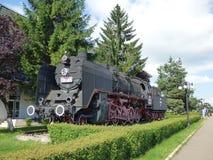 BRASOV - JUNI 24: Gammal ångalokomotiv på skärm i den Brasov järnvägsstationen Foto som tas på Juni 24 i Brasov, Rumänien Arkivbilder
