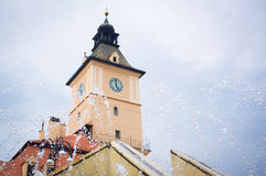 Brasov klockatorn med vattensmå droppar från springbrunnen Royaltyfri Foto