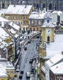Brasov, la Transilvania, Romania - 28 dicembre 2014: Una vista di una delle vie principali in Brasov del centro con le costruzion Fotografia Stock