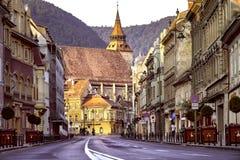 Brasov, la Transilvania, Romania - 28 luglio 2015: Una vista di una delle vie principali in Brasov del centro immagine stock