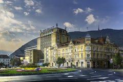 Brasov, la Transilvania, Romania - 28 luglio 2015: Una vista di una delle vie principali in Brasov del centro con le costruzioni  immagine stock libera da diritti