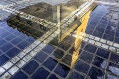 Brasov, la Transylvanie, Roumanie - automne, 2014 : Une vue du bâtiment carré de ville dans une réflexion après la pluie Image stock