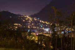 Brasov, nachtcityscape mening Stock Fotografie