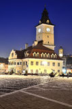 Brasov Rats-Quadrat, Nachtansicht in Rumänien Stockfotos