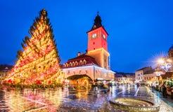 BRASOV, ROEMENIË - 16 DECEMBER 2015: Het nachtbeeld van Kerstmis brengt in de war Stock Afbeelding