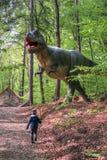 BRASOV, ROMÊNIA - EM JUNHO DE 2015: dinossauros Real-feitos sob medida em Rasnov Dino Fotografia de Stock