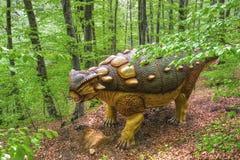 BRASOV, ROMÊNIA - EM JUNHO DE 2015: dinossauros Real-feitos sob medida em Rasnov Dino Fotos de Stock