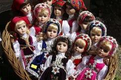 BRASOV, ROMÊNIA - JULHO 28,2018: Bonecas tradicionais da porcelana para a venda em uma loja da lembrança na vila do farelo, Romên fotografia de stock