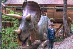 BRASOV, ROUMANIE - JUIN 2015 : dinosaures de taille vraie chez Rasnov Dino Photographie stock libre de droits