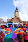 Brasov Rumänien - roliga aktiviteter för barn i rådfyrkant royaltyfria foton