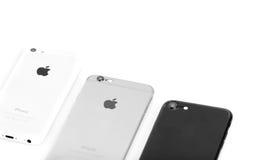 BRASOV, RUMANIA - 27 de noviembre de 2016: 3 generaciones de Apple: iPho foto de archivo